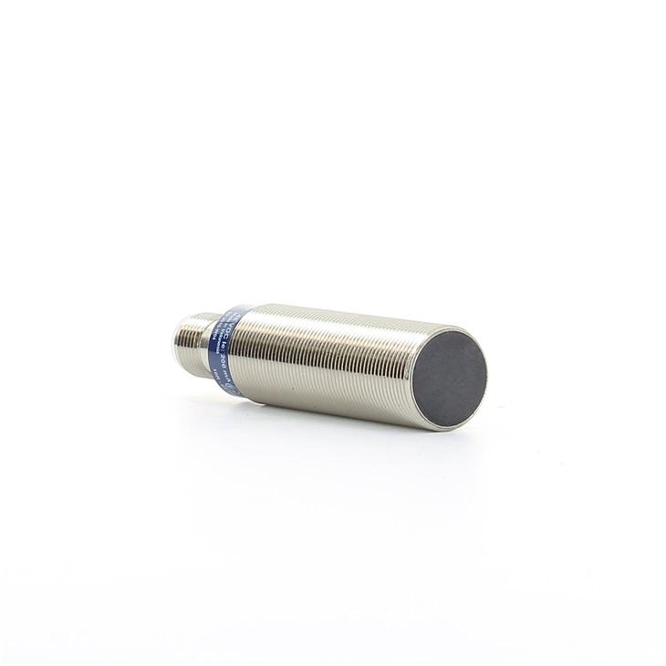 Sensore di prossimità induttivo con connettore maschio 4 pin 74mm M18 1 NO PNP Distanza rilevamento 8mm