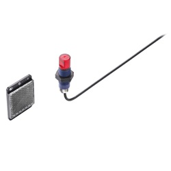 Sensori cilindrici Ø 18mm per impieghi generali - Alim. 12/24 VDC, IP67   ,Retroreflective, 2m, Impulso LUCE, PNP, M12  filtro polariz. senza catarif.